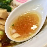 らーめん青龍 - このオイリーなスープが美味さの証し。