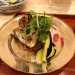 蓬左茶寮 - 姉川産小鮎 塩焼き 水茄子とパクチーサラダ、紅芯大根、うるか添え