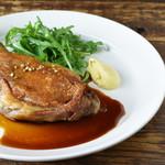 鴨もも肉のコンフィ/セルバチコ/マスタードとバーボンのソース