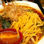 拉麺一匠 DEAD OR ALIVE - 麺は少し縮れさせた中太の厚みはある平打ち。スープは昆布&豚にメインは鶏白湯とイタリアントマトをスープにしたものとのこと。