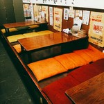 拉麺一匠 DEAD OR ALIVE - 小上がり席。こちらDEAD OR ALIVEは複数人で訪れる客が多い印象。