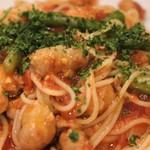 アジル - ソーセージとアスパラガスのトマトソーススパゲッティー