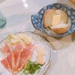 立ち酔い 超人 - じゃがバター(200円)、地鶏たたき(300円)