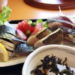 松輪 - 松輪サバ二種盛り定食 2100円(時価) 二種は冷やし炙りとシメ鯖 さわら(焼き)とまぐろも。ほどけるようにとろけてしまう炙り鯖、弾力と旨味が凝縮されたシメ鯖、大変おいしかったです。