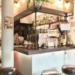ペルズ コーヒー&バー - 厨房に向かうカウンター席1