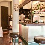 ペルズ コーヒー&バー - 厨房に向かうカウンター席2