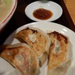 Ittetsu - セットの餃子。酢醤油と胡椒でいただきます