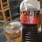 ほるもん天ぷらヤキニク 史 - 烏龍茶のボトル