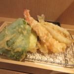 89247523 - 揚げたての天ぷらはエビ、イカ、キス等の魚とカボチャやピーマン等の野菜の組合せと言った王道の天ぷらでした。