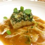89252455 - ハタのファルシ 魚のスープでポシェ 魚介と甲殻類のソース ブイヤベース フヌイユのデクリネゾン