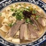 金味徳拉麺 - 牛肉麺は、ほうとう風幅広麺(寛麺)をチョイス
