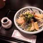 Fukuchan - 小海老天と茄子天ぶっかけ冷(¥900)             大盛(+¥100)             かけツユが思いのほか量が少ないのは不満。ぶっかけといいながら、天ぷらの揚げたて感を活かすために別容器にしたのはいいが、量は増やしてほしい。