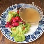 カフェ ヨージク - ストロガノフランチのビーツサラダとスープ