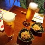 近江野菜鉄板串焼き わえん - 〈初訪問〉生ビールで乾杯です♪ 突き出しは…豚肉、茄子、ズッキーニの揚げ浸し♪