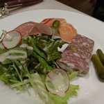 ビストロ オザミ - 豚肉と鶏白レバーのパテと生ハムの盛り合わせ
