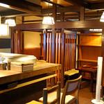 天ぷら 松 - 1階のカウンター席とテーブル席
