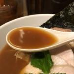 新橋 纏 - 烏賊干鶏白湯醤油そばのスープ