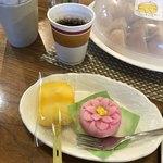 たこまん - 料理写真:三ケ日みかんの甘辛だんごと季節の上生菓子