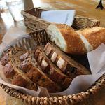 89297587 - 1巡目のカゴ盛りパン