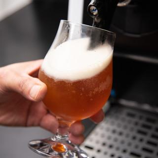 フルーツの香りのクラフトビールもサーバーから注ぎたて!