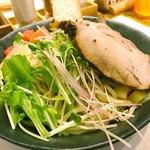 89306612 - 麺の上には野菜タップリ