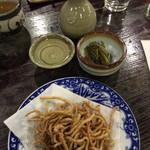 そば七 - 燗酒 1合 ¥350。お通しの漬物、揚げ蕎麦。