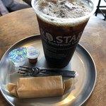 89318227 - アイスコーヒーラージサイズ(ガムシロ、ミルク付き)とチーズケーキで356円