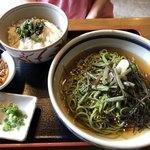 玉露の里 茶の華亭 - 山菜そば(冷)  720円、わさび菜ごはん  200円