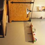 5 - 中は、静かな感じで、かわいいカフェ雑貨や本がおいてあります
