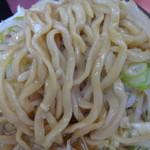 ラーメン二郎 - 麺はほじくりだす