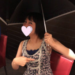 89322822 - プレゼントされた日傘をさしたら「オードリー(ヘップバーン)っぽい」って言われたので、オードリー(春日)風に「cheeのココ空いてますよ」のポーズ