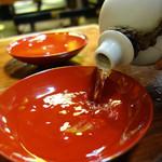 ROUTE263 - 日本酒1合(冷・燗)350円です。 店員さんが大きな朱の盃にゴボゴボと注いでくれるスタイルが楽しい!