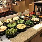 焼肉トラジ - ピビンBAR 色々ナムルが盛りだくさん!食べ放題コーナー。