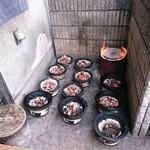 たじま屋 - 店先で七輪の炭をおこしています