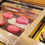 お肉屋 けいすけ 三男坊 - 煙も匂いも出ない、蒸し焼き感覚の遠赤外線ロースターがすごい!!