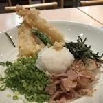 武膳 - 海老天2尾、ししとう1個、刻み葱、鰹などが麺に盛られ、ツユは別添え。