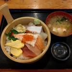 満マル - 料理写真:海鮮丼(777円)