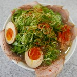 らーめん藤 - 料理写真:煮卵焼豚ねぎラーメン(税込1080円)
