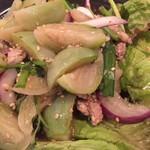コカレストラン&マンゴツリーカフェ - グリーンの丸いタイ茄子とタマネギ、ニラ、ひき肉。レモングラス、ホーリーバジルの香りがさわやか。