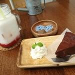 Yummy Mammy - いちごミルク、濃厚チョコのガトーショコラ(+350円)