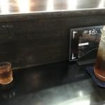 麺屋 丈六 - カウンター席(冷たいお茶はセルフ)