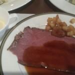 ミケーラ - 見た目よりはるかに美味しいローストビーフ。冷製スープも抜群に美味しい。
