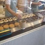 蜂楽饅頭 - 注文すると店員の皆様が手慣れた手つきで蜂楽饅頭を焼いてくれます。