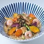 モッチモ・パスタ - プリプリ海老となすのあんかけパスタ、パリパリ揚げ野菜乗せ