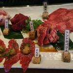 焼肉 絆 - 左側レディース定食、右側タン、カルビ、トントロバジル