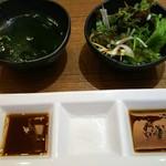 焼肉 絆 - わかめスープと通常サイズサラダ