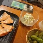 89403173 - 炙りサーモン、ポテサラ、枝豆食べてるところ、写真にたこわさはいらなかった、、