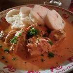 セドミクラースキー - クジェナパプリチェ(鶏肉のパプリカクリームソース)とクネドリーキ(チェコの茹でパン)