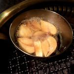 炭火焼肉 萬成館 - 焼きニンニク