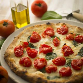 もっちり香ばしい♪季節食材を使用した本場ナポリの薪窯ピッツァ